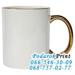 чашка с золотой ручкой и ободком;